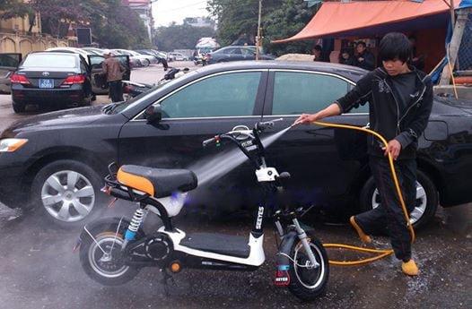 xe vào nước khi rửa xe đạp điện